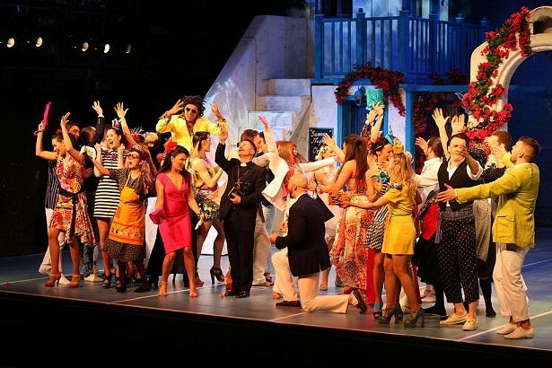 Mamma Mia! By Dalibor Tonkovic - Terazije Theatre, CC BY-SA 3.0, https://commons.wikimedia.org/w/index.php?curid=48060321